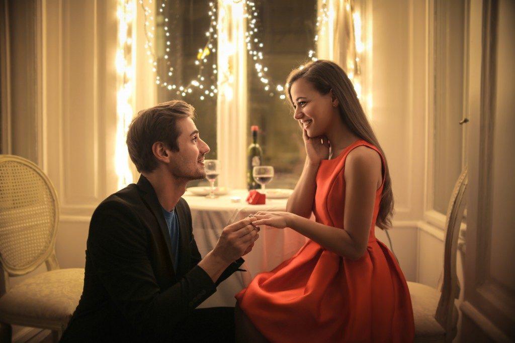 man proposing at the restaurant